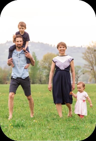 Hanna Zelenka und Thomas Schmid mit Kinder in einer Wiese